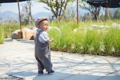 Lilla barnet behandla som ett barn pojken som går, behandla som ett barn första stegbegrepp för ` s Royaltyfri Foto