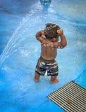 Lilla barnet på vatten parkerar fotografering för bildbyråer
