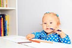 lilla blyertspennor för flicka Arkivbild