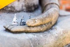 Lilla buddha på handen Royaltyfria Foton