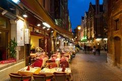Lilla cafes på de gammala gatorna i Bryssel Arkivfoto