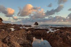Lilla Corona Beach i Corona del Mar på solnedgången Arkivbild