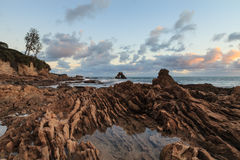 Lilla Corona Beach i Corona del Mar på solnedgången Royaltyfri Bild