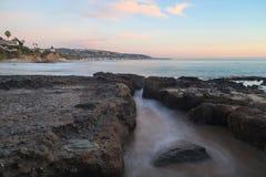 Lilla Corona Beach i Corona del Mar på solnedgången Royaltyfri Foto