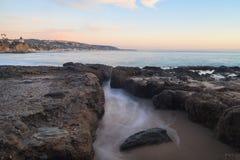 Lilla Corona Beach i Corona del Mar på solnedgången Royaltyfri Fotografi