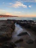 Lilla Corona Beach i Corona del Mar på solnedgången Arkivfoto