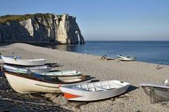 Lilla fartyg på Pebble Beach av Etretat i Frankrike Fotografering för Bildbyråer