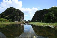 Lilla fartyg som seglar längs floden på Tam Coc Arkivbilder