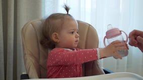 Lilla flickan är dricksvatten stock video