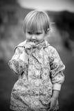 Lilla flickan är lycklig och att spela Arkivbild