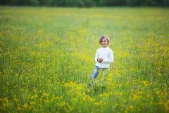 Lilla flickan är lycklig och att spela Royaltyfri Foto