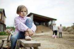 Lilla flickan är lycklig och att spela Fotografering för Bildbyråer