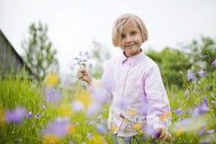 Lilla flickan är lycklig och att spela Royaltyfri Fotografi