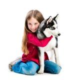 Lilla flickan är med den skrovliga hunden Arkivfoton