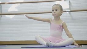 Lilla flickan är praktiserande i balettskola inomhus lager videofilmer
