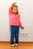Lilla flickan önskar att växa upp snabb, som hon kan Arkivfoton