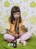Lilla flickan önskar inte att behandlas Arkivbild
