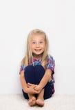 Lilla flickan öppnar hennes mun i överraskning Fotografering för Bildbyråer