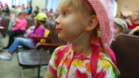 Lilla flickan applåderar henne händer lager videofilmer