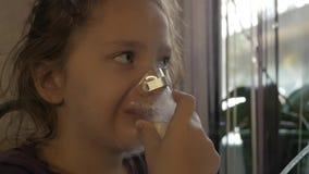 Lilla flickan behandlas för en förkylning långsam rörelse stock video