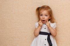 Lilla flickan bygger framsidor royaltyfri fotografi