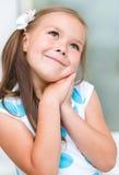 Lilla flickan dagdrömmer Arkivfoton