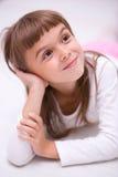 Lilla flickan dagdrömmer Arkivbilder