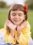 Lilla flickan dagdrömmer Royaltyfri Foto