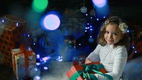 Lilla flickan dekorerar julgranen arkivfilmer