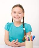 Lilla flickan drar genom att använda blyertspennor Royaltyfri Bild
