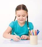 Lilla flickan drar genom att använda blyertspennor Royaltyfri Fotografi