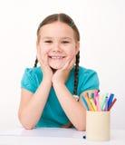 Lilla flickan drar genom att använda blyertspennor Royaltyfria Bilder