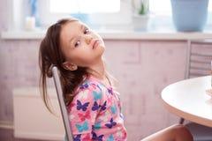 Lilla flickan efter frukost i morgonen royaltyfri fotografi
