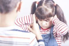 Lilla flickan får gräla på arkivfoton