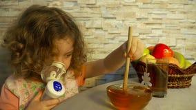 Lilla flickan för Ð-¡ ute använder en nebulizer som gör inandning hemmastadd stock video