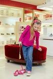 Lilla flickan försöker på den nya skon Arkivfoto