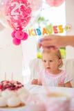 Lilla flickan firar partiet för den lyckliga födelsedagen fotografering för bildbyråer