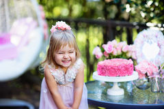 Lilla flickan firar partiet för den lyckliga födelsedagen med den utomhus- rosen Royaltyfri Fotografi