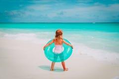 Lilla flickan går badet på stranden royaltyfria foton