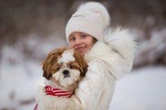 Lilla flickan går med hennes älskade valpshihtzu royaltyfri foto