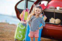 Lilla flickan går på en resa Arkivbild