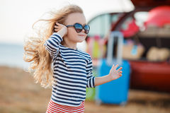 Lilla flickan går på en resa Royaltyfri Foto