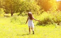 Lilla flickan går på naturen Arkivbilder