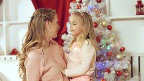 Lilla flickan gör en överraskning till hennes moder för det nya året och ger gåva Royaltyfria Foton