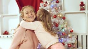 Lilla flickan gör en överraskning till hennes moder för det nya året och ger gåva Royaltyfri Bild
