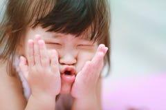 Lilla flickan gör en rolig framsida Arkivbilder
