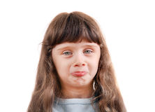 Lilla flickan gör framsidor Royaltyfri Fotografi