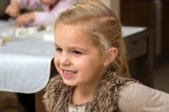 Lilla flickan gör kakor Arkivfoton
