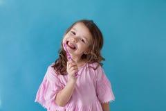 Lilla flickan gör ren den trevliga tandtandläkekonstsjukvården arkivfoton