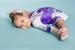 Lilla flickan gör splittringen Royaltyfri Foto